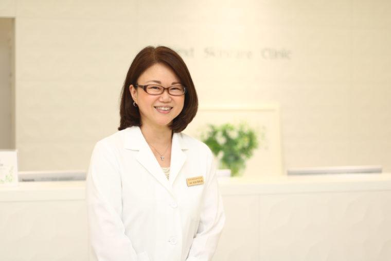 皮膚科・美容皮膚科 ネクストスキンケアクリニック院長 小川真有美先生 医学博士   患者さんの気持ちに寄り添った診察や、女性医師の視点から行なう丁寧な施術に定評がある。「正しい医学的知識に基づいた治療で、肌は何歳からでも変われます」