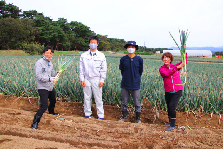 生産者・川﨑さん(中央右)とJAかみはやしの亀岡さん(中央左)