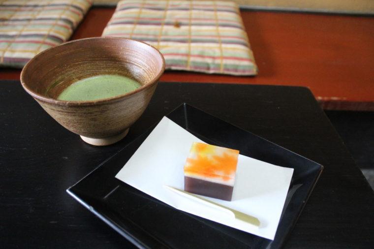 『抹茶』は250円(税抜)。季節の和生菓子(写真は『錦秋』で240円税抜)と一緒にいかが?