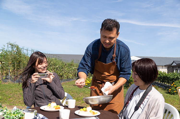 """真保シェフから直接、料理の説明も。まさに""""出張・野外レストラン""""って感じになりそう"""