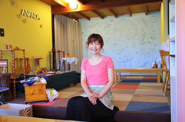 癒しオーラ満点のオーナー・阿部宏美さ ん。ヨガ講師としての顔も持つ。店舗2階がヨガスタジオに