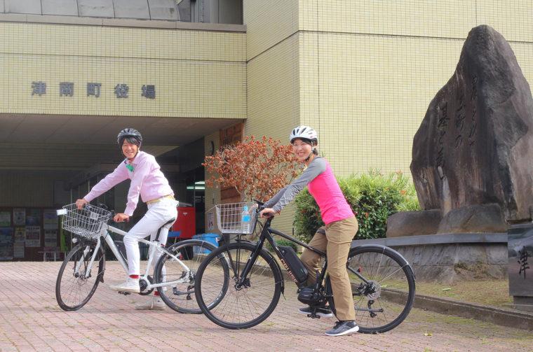 町役場隣の観光協会で電動アシスト自転車をレンタルしています。津南の山道もすーいすい