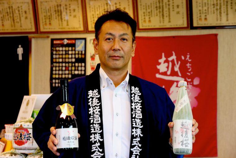 「全国燗酒コンテスト2020」で最高金賞を受賞した2品を持つ羽澤社長