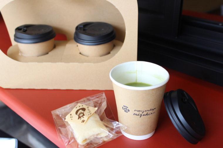 みずきあんドリンク。持ち運びに便利なキャリーバッグ(写真奥・+50円税抜)も用意されています。添えたお菓子は『カミフルぽっぽ』