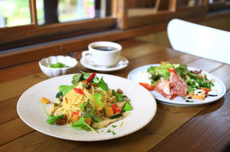 『七谷野菜のペペロンチーノ』(990 円税込)と前菜、ミニ白玉、ドリンクのセット。770円(税込)