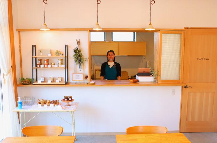 店長・前山さん。店名の「et(エト)」はフランス語の接続詞で、英語の「and」と同じ意。前山さんが「お菓子と人と日常がつながるように」という思いを込めて名付けたそうです