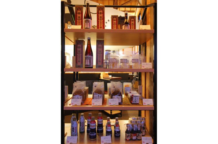 最盛期には養命酒と人気を二分した薬用酒『機那サフラン酒』を販売