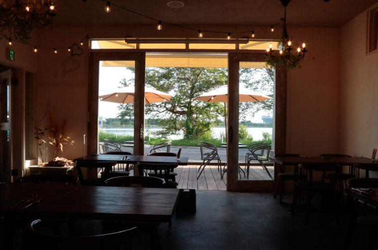 鳥屋野潟が望める大きな窓。春には桜が咲き誇る桜並木にお店はあります