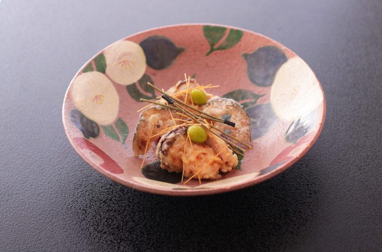 『原木椎茸の鮭しんじょう きのこ見立て揚げ』