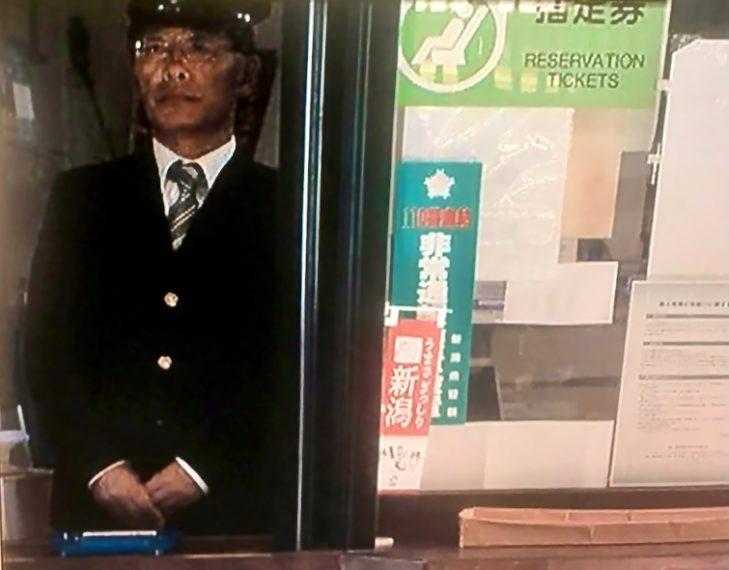 急遽出演することになった長岡ロケなびの齋藤さんは、どこからどう見ても本物の駅員さんにしか見えませんでした。このシーン注目です!