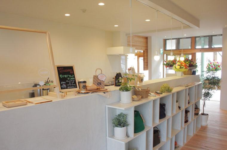 ライフスタイル雑貨とドリンクを販売するinfo by AT HOME LABO