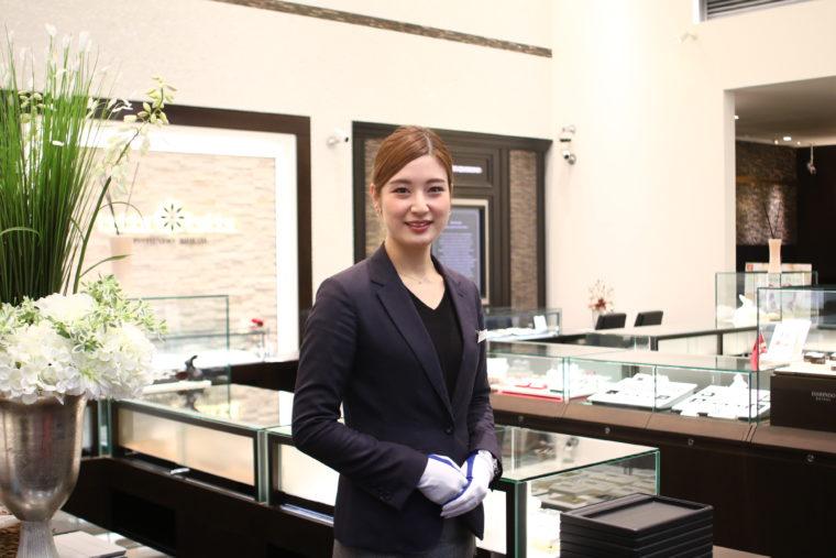 ふたりの指輪選びをサポートしてくれるスペシャリスト・田村果歩さん。キレイすぎ