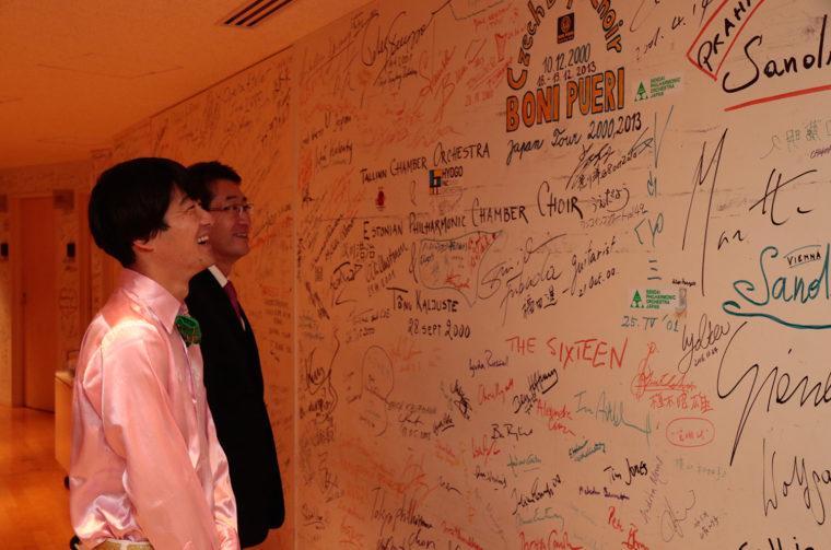 舞台裏の壁には、この場でパフォーマンスを行なった世界各国のアーティストのサインが。いつか僕のサインもここに…