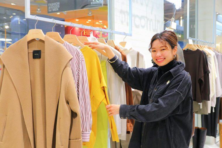 スタッフの滝沢亜衣さんは男性のギフト選びも丁寧にサポートしてくれます。Spick and Spanは着心地にこだわり、ベーシックで使いやすいウェアを多くそろえるショップです