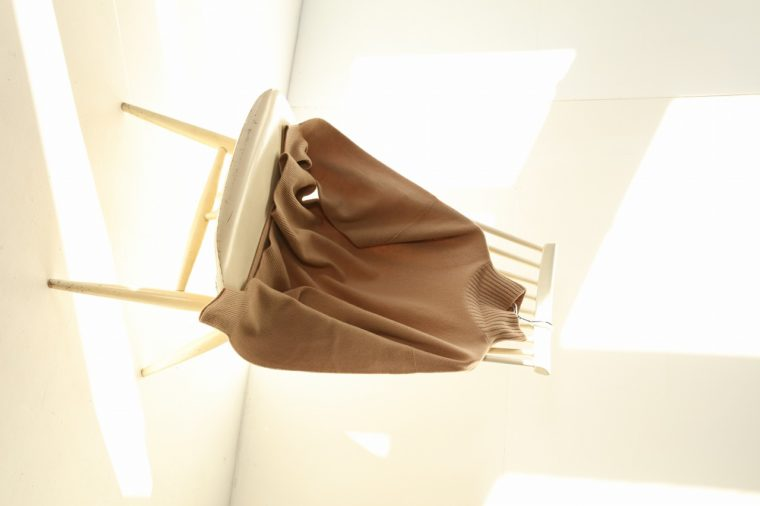 Spick and Spanのニット18,700円。首まわりが自然に決まるように作られたジャパンメイドの一着。ゆとりを持たせた身頃と袖が女性らしい雰囲気を演出