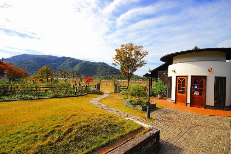 レストラン入口から角田山を望む