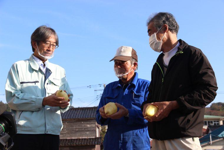 生産者の髙野さん(右)と畠野さん(中央)、そしてJA羽茂の渡辺さん(左)