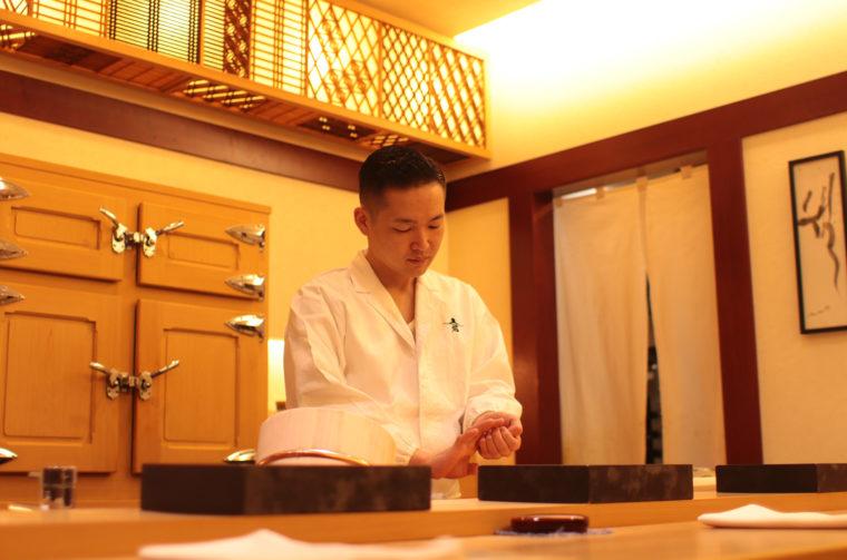 店主・本間龍史さん。 お客ひとりひとりに気を配り、絶妙な頃合いですしや料理を提供。 きりりとした印象ですが、話し上手で会話が楽しいお方です