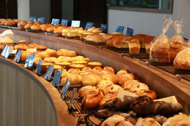 有名ベーカリーで腕 を磨いた職人が焼き上 げるパンが毎日50 ~ 60種登場
