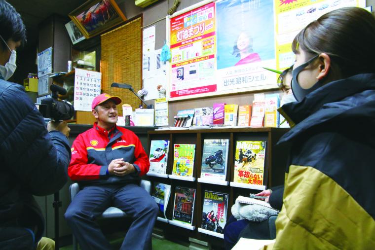 同花火副実行委員長の玉木伸寿さん(写真左)。「花火への思いを外部に向けて話すのは初めて。動画を通してござれや花火の魅力が若い人たちに伝わるとうれしいです」