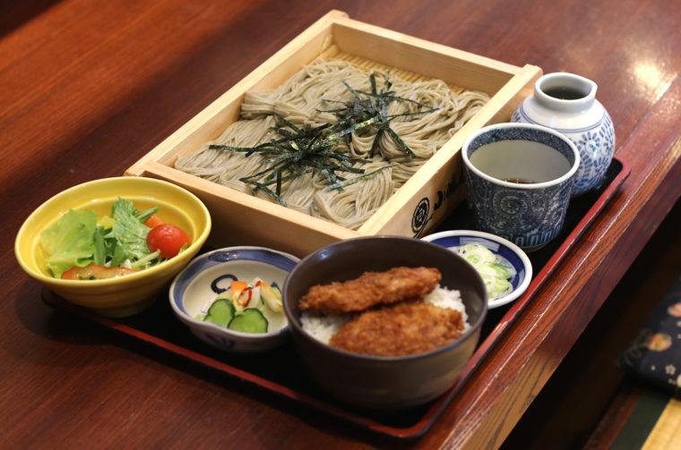 『へぎそばタレカツ丼セット』(1265円税込)
