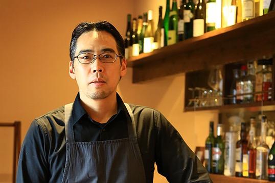新潟市西区出身。高校3年の3学期まで大学進学を目指すも一転、子どもの頃から夢見た料理の道へ