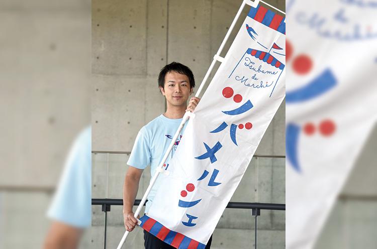 ツバメルシェ実行委員会事務局の山田さん。「バラエティにとんだスイーツの数々をお楽しみください!」