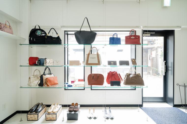店内ではヴィンテージの海外ブランドの販売も行なう。
