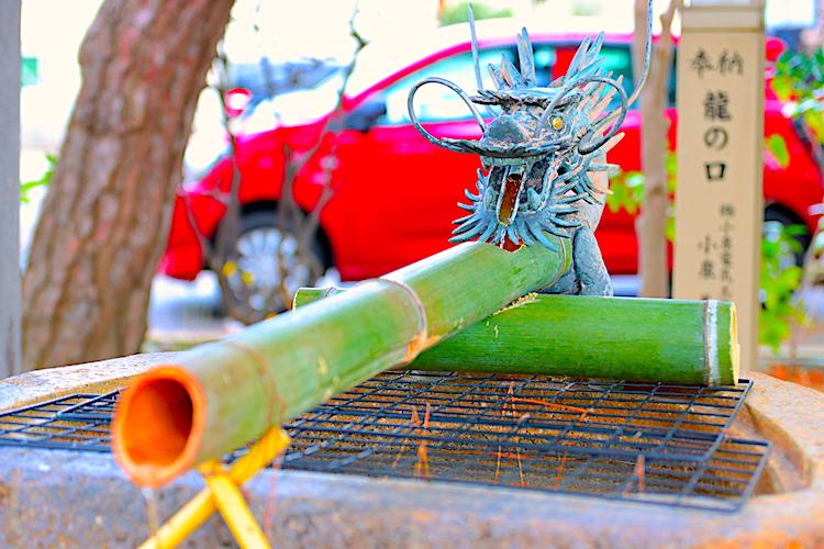 手水舎には柄杓を置いていませんので、竹筒から流れ出るお水で直接お清めしてください