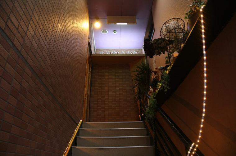 お店はビルの2階。階段を上ったところにある