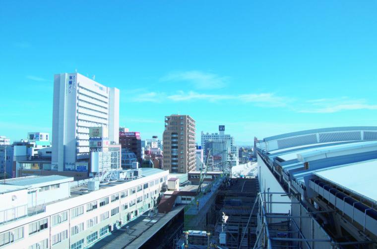 新潟駅の旧2番線ホーム上から見た旧駅舎(左)と新駅舎(右) ※令和2年11月撮影