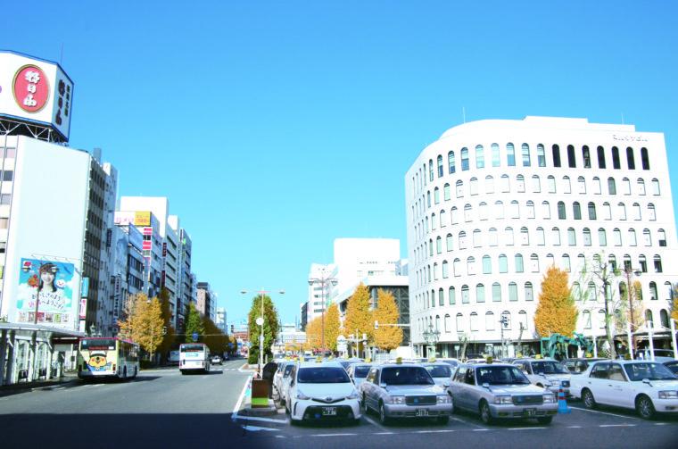 新潟駅前から見た東大通