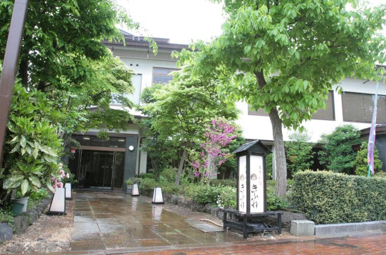 お店は、加茂市民の憩いの場、加茂山公園に鎮座する青海神社の鳥居の前