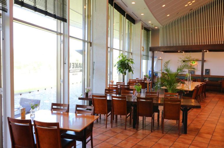 広々としたカフェスペース。新潟県スポーツ公園内というとで景観も抜群