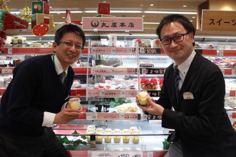 左が立川守さん、右が木間啓輔さん。売り場で商品を持っていただきパチリ!