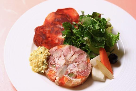 『豚肉のコラーゲンテリーヌ』(1300円税抜)。