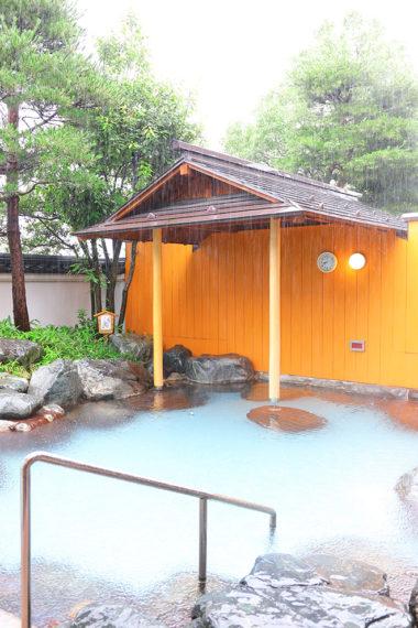 広々とした露天風呂。自然に囲まれながらの入浴は格別