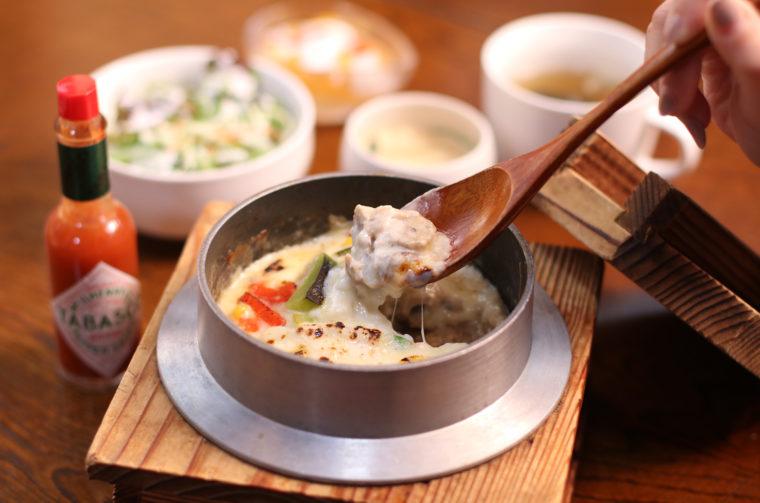 『牡蠣釜めしドリア』(1,800円税抜)。茶碗蒸し、生野菜、スープ、デザート付き