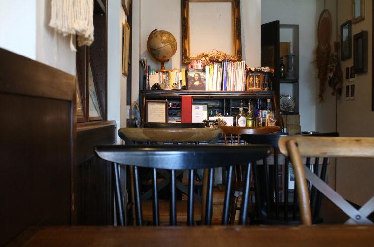 アンティークの家具が並ぶ店内。