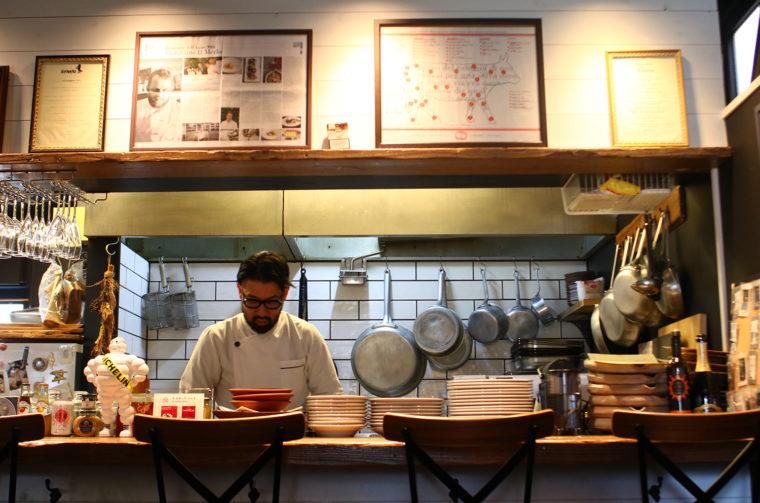 オープンキッチンスタイルで古関さんを目の前にライブ感を味わえる