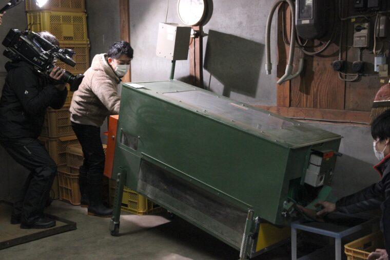 飛田アナも機械の操作を体験させてもらいました