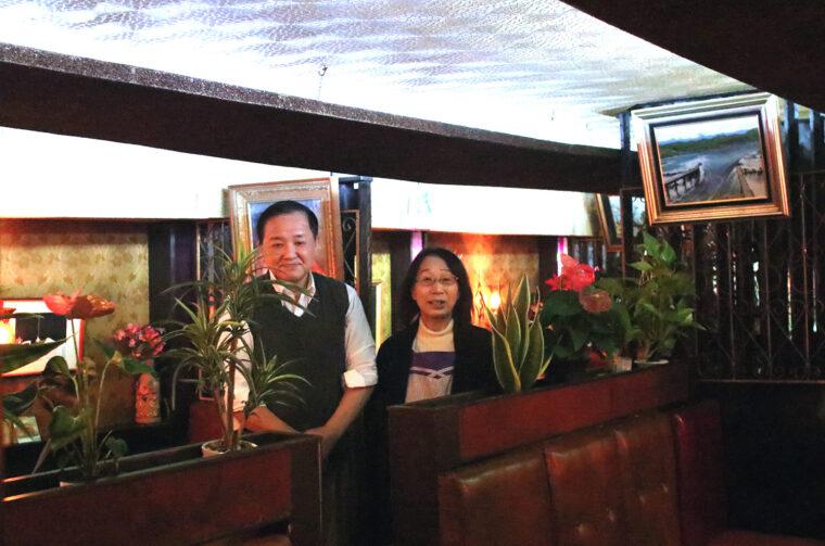 マスター・吉野昌英さんと接客担当の奥様・春江さん。おふたりの穏やかなお人柄も魅力です