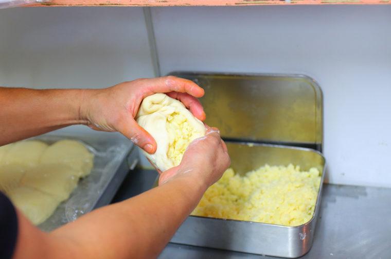 チーズをたっぷり包みます