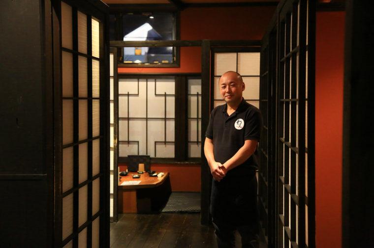 店長・山本さん。店内は全室個室