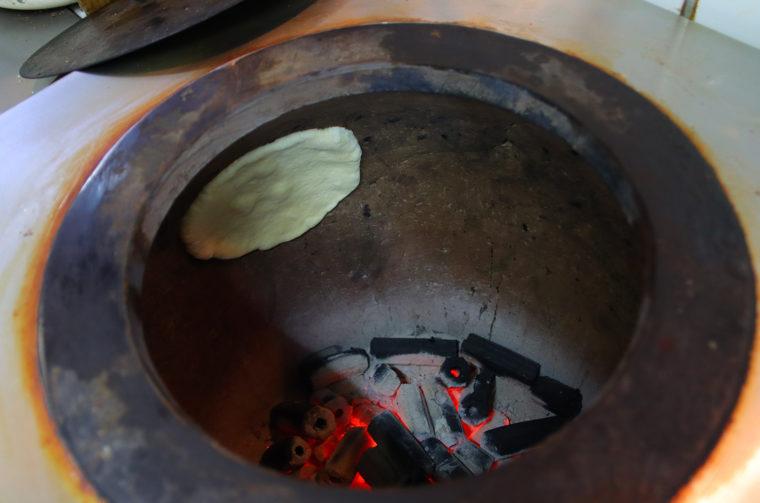 ナンはタンドール窯を使って高温で焼き上げます