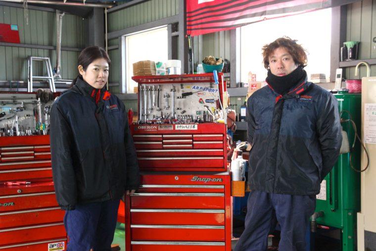 レースに参戦している整備主任・小日山さん(右)と、スタッフの奥様(左)。「初めての方もお気軽にどうぞ」