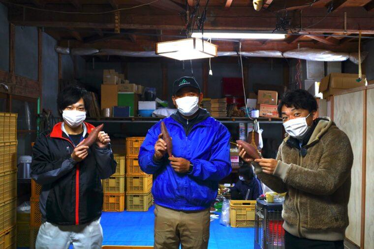 写真左が川崎さんで、中央が岡田さん