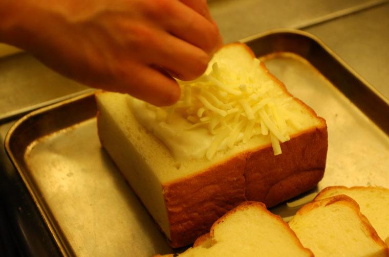 さらに、ソースの上にもチーズをON!!