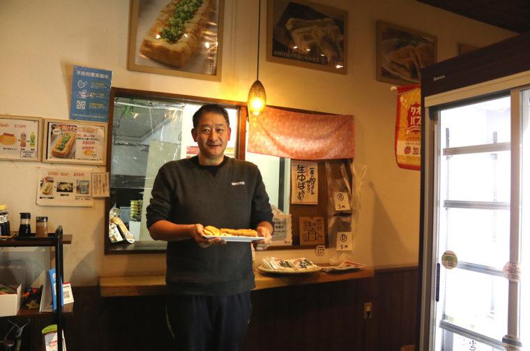 店主・清水さん。「毎日できたての油揚げで作っています」