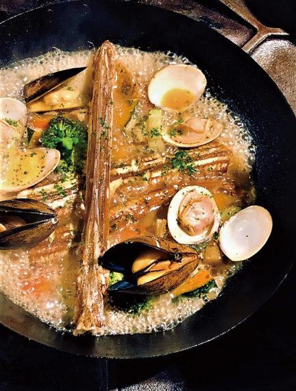 新鮮な食材をシェフ自ら仕入れる。素材の旨味が凝縮したアクアパッツァやブイヤベースは看板